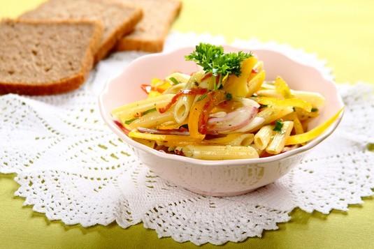 Kolorowa sałatka makaronowa z salami i papryką