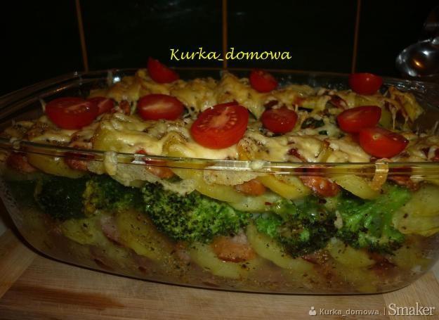 Zapiekanka z ziemniakami, kiełbasą i brokułami