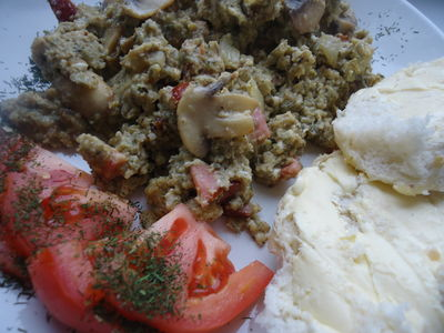 Jajecznica z pieczarkami i żółtym serem