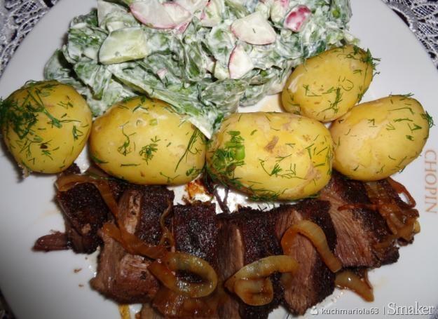 Smażony filet z gęsi, młode ziemniaki, wiosenna sałata.