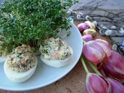 Jajka faszerowane koperkiem i wędzonym łososiem ...