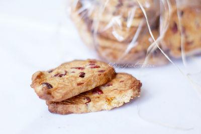 Ciasteczka z migdałami i macerowaną żurawiną