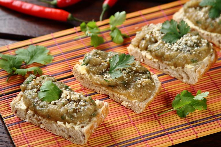 Pełnoziarniste kanapki z pastą z bakłażana
