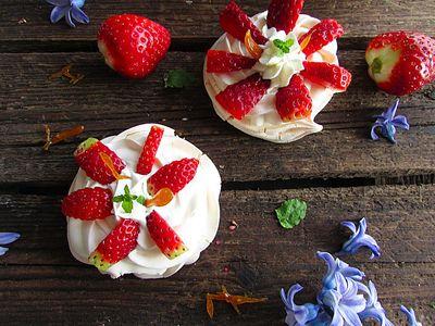 Bezowe ciasteczka z bitą śmietaną i truskawkami