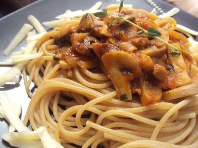 Pełnoziarnisty makaron spaghetti bez mięsa