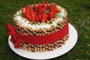 Tort z mascarpone i truskawkami  prosty przepis i składniki