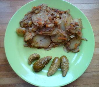 Smażone ziemniaki z cebulą i marchewką