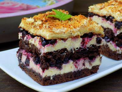 Ciasto kakaowe z jagodami i kremem grysikowym