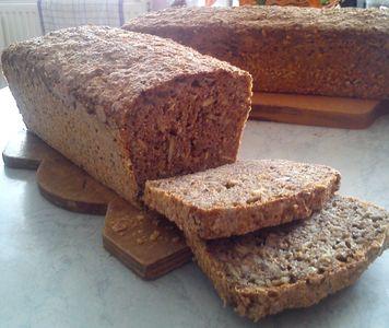Domowy chlebek razowy z ziarnami
