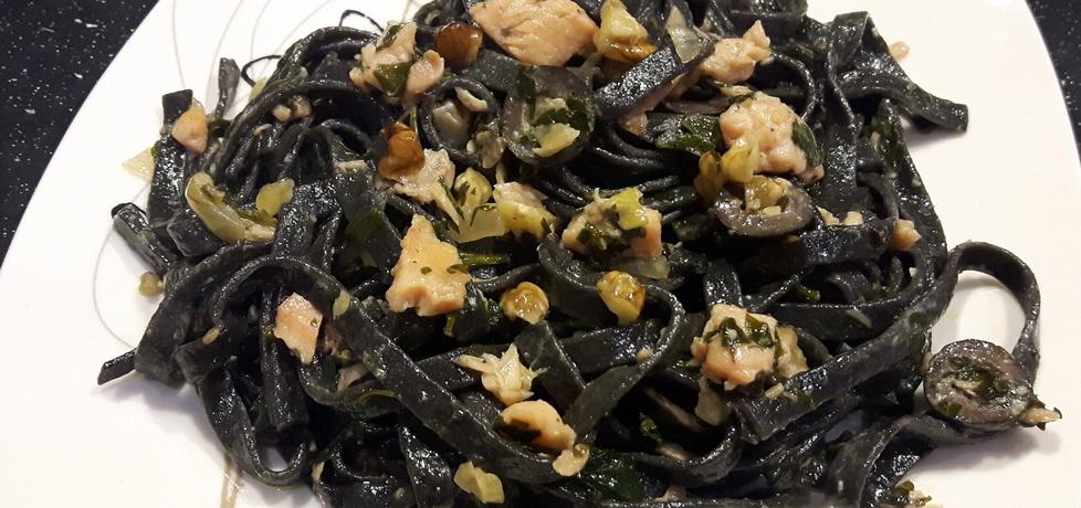 Czarne tagliatelle z pietruszką i łososiem wędzonym ...