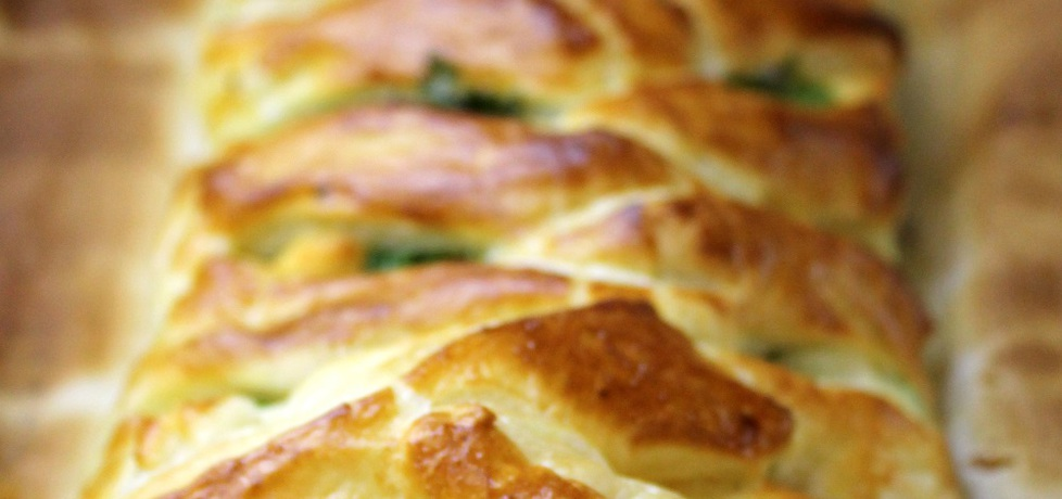 Warkocz z ciasta francuskiego nadziewany kurczakiem, brokułami i ...