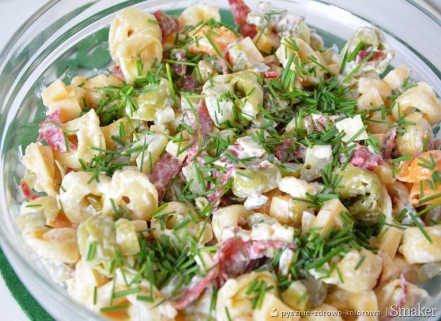 Sałatka z tortellini, salami i serem
