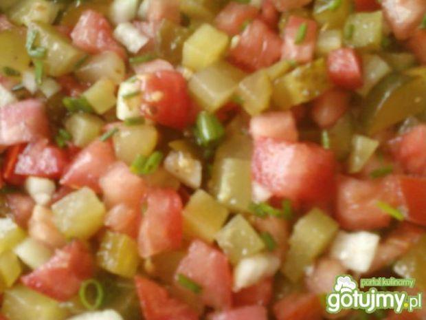 Sałatka z ogórków kiszonych i pomidora
