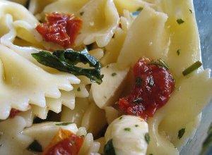 Sałatka z makaronem, mozzarellą i suszonymi pomidorami