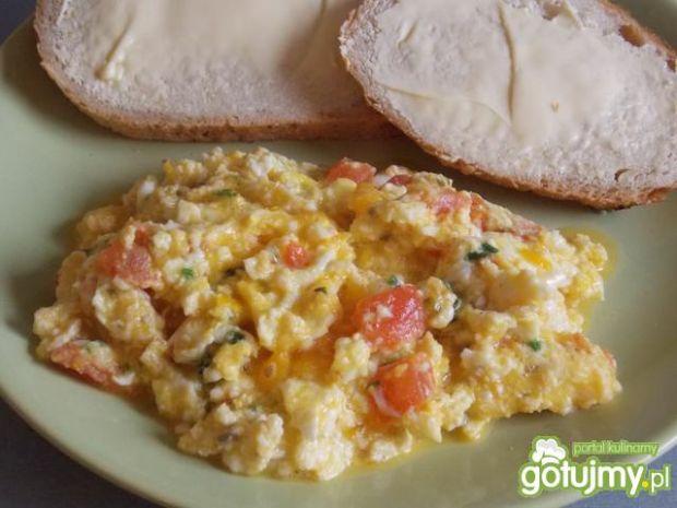 Przepis  jajecznica z pomidorami na szczypiorku przepis