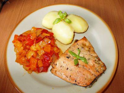 Filet z łososia z duszonymi warzywami