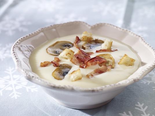 Zupa ziemniaczana z boczkiem, pieczarkami i grzankami
