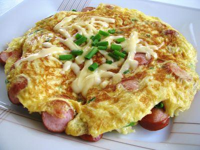 Sycący omlet makaronowy z parówką