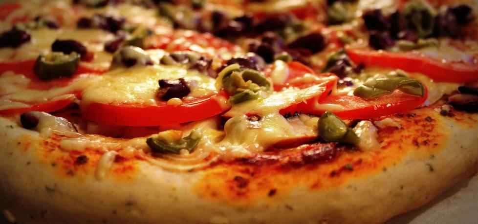 Pizza na grubym cieście z czerwoną fasolą, pomidorem i jalapenos ...