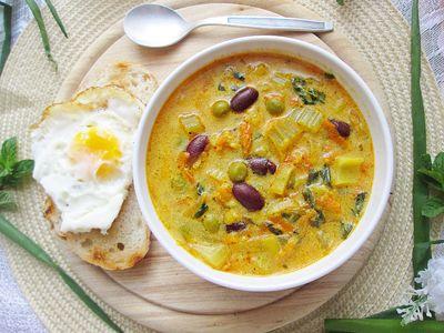 Zupa warzywna z grzankami i jajkiem sadzonym