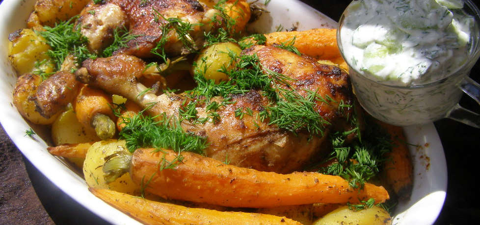 Udka kurczaka, młode ziemniaki z marchewką z piekarnika... (autor ...