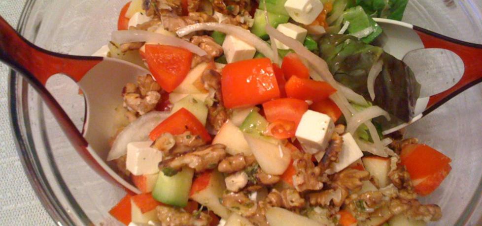 Mieszanka zielonych sałat z serem feta, jabłkami i sosem ...