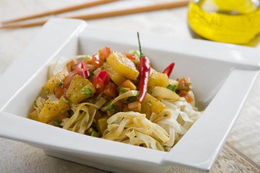 Chiński makaron z szynką i ananasem