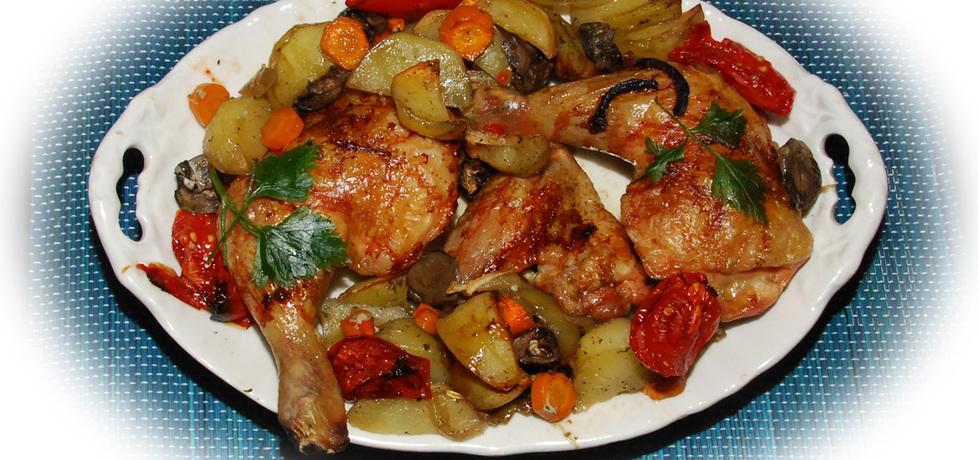 Udka i skrzydełka kurczaka pieczone na warzywach (autor ...