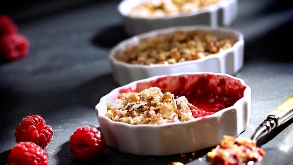 Przepis na deser – letnie owoce pod migdałową kruszonką