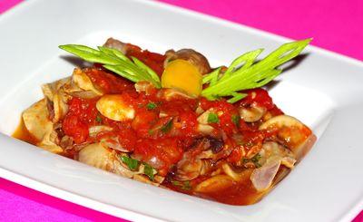 Żołądki drobiowe z pieczarkami w pomidorach