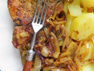 Schabowe duszone z ziołami, czosnkiem i cebulą ...