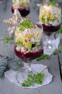 Świąteczna sałatka w pucharku