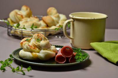 Bułeczki wytrawne z serem i salami
