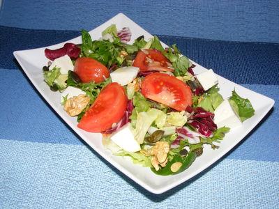 Mix sałat z pomidorem, mozzarellą i olejem lnianym