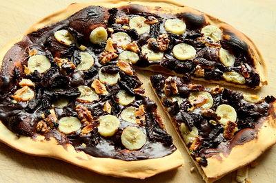 Pizza czekoladowa z bananami i bakaliami