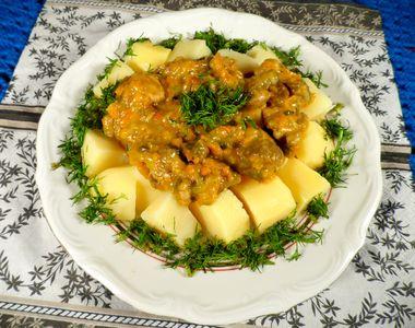 Gulasz z szynki z marchewką i pieczarkami