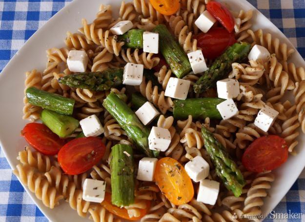 Razowy makaron z fetą, szparagami i pomidorkami