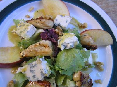 Sałatka z jabłkiem, kurczakiem, serem pleśniowym i orzechami ...