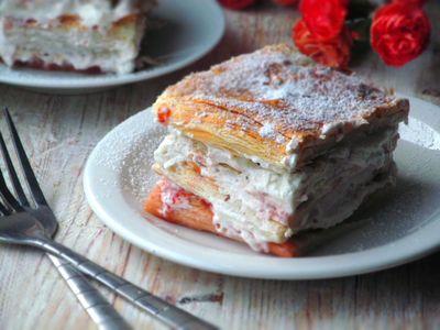 Ciasto francuskie z bitą śmietaną i dżemem truskawkowym ...
