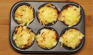 Tosty z pieczonym jajkiem, żółtym serem pod beszamelem