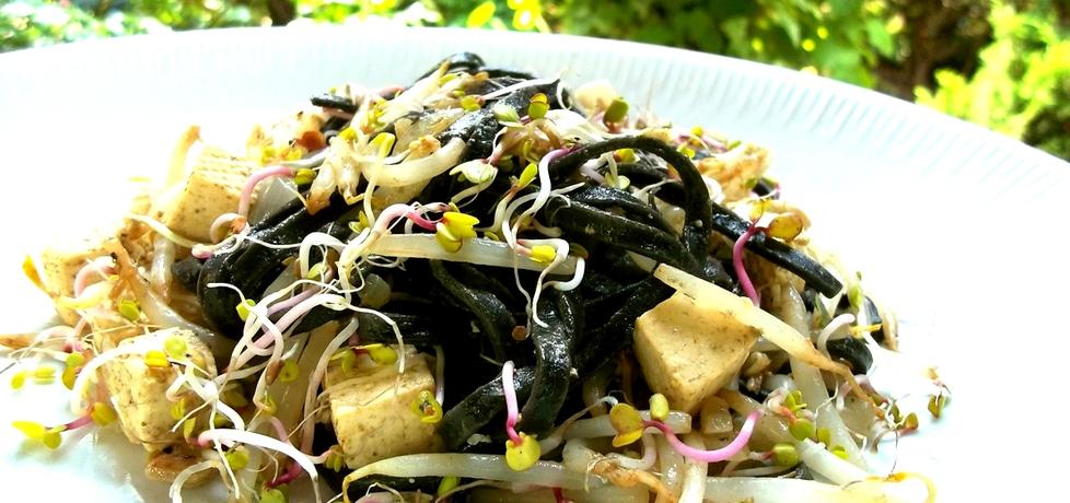 Czarny makaron z tofu i kiełkami (autor: caralajna)