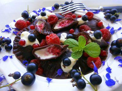 Kakaowe pierożki z malinami, czarną porzeczką i serkiem ...