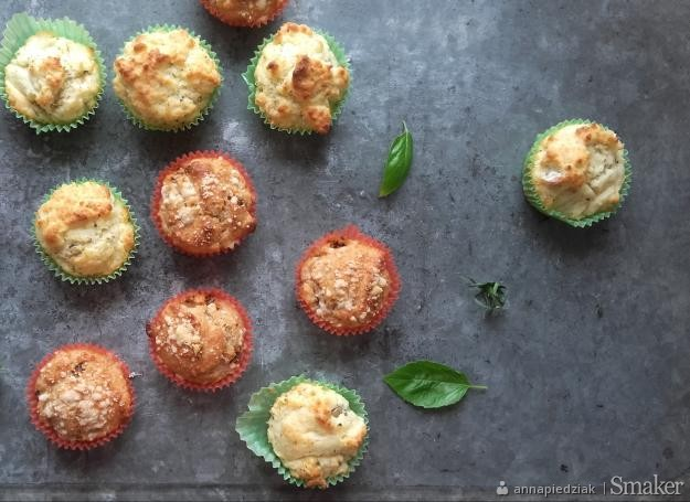 Oliwkowe i pomidorowe muffiny z parmezanem