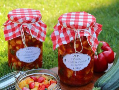 Sałatka z cukinią na zimę w zalewie pomidorowej