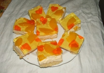 Sernik z brzoskwiniami i galaretką