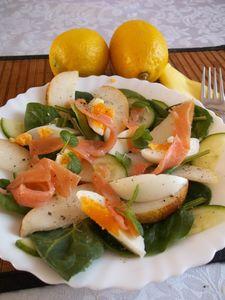 Sałatka ze szpinakiem, łososiem, gruszką i jajkiem