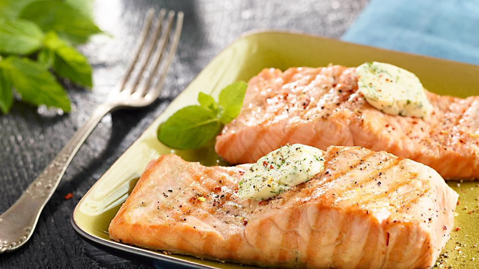 Przepis na grillowanego łososia z masłem