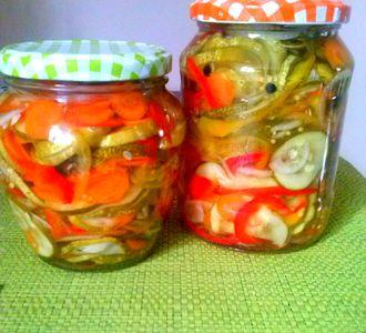 Sałatka na zimę z ogórkami i marchewką