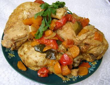 Duszony w warzywach kurczak z przyprawą do ziemniaków i ...