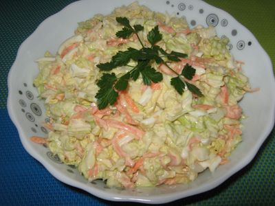 Sałatka z kapusty pekińskiej, marchewki i jajka.